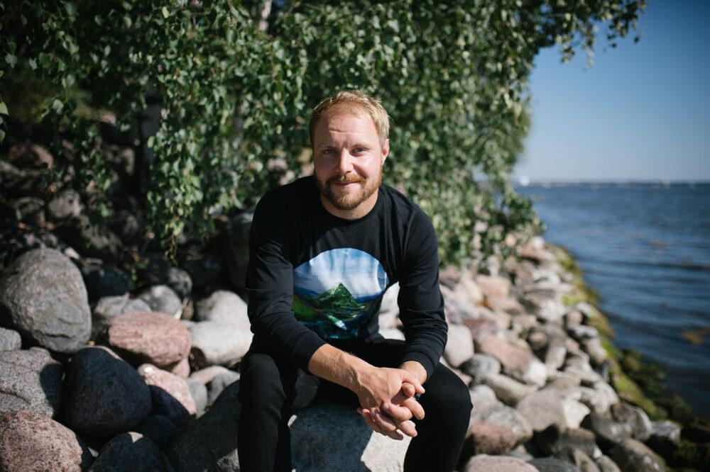 Valtteri Bottas istuu järven rannalla